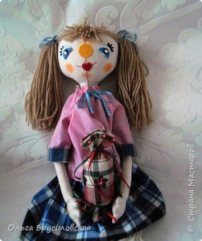 Привет всем в СМ! Я сегодня с очередной своей куклой и не только...  У внучки Аллочки (А.Б.Я http://stranamasterov.ru/user/154138) скоро день рождения. По словам бабушки, внучка - девочка озорная. А таких озорных кукол я увидела у нашего замечательного Мастера Светланы Хачиной. По ее МК http://stranamasterov.ru/node/798703 и сшила эту куклеху. фото 4