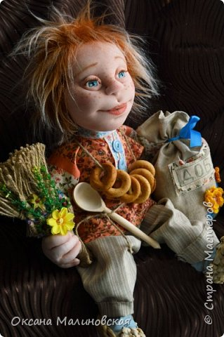 Не стала придумывать на этот раз имя кукле.Что точно-это домовой. Может Кузя ,а может Тимоша или ещё как ,как захочет будущая хозяйка.Губки бантиком,бровки домиком и сам похож на маленького гномика,рыжий и лохматый. фото 7