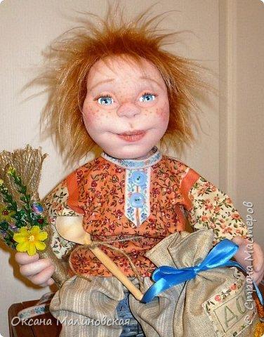 Не стала придумывать на этот раз имя кукле.Что точно-это домовой. Может Кузя ,а может Тимоша или ещё как ,как захочет будущая хозяйка.Губки бантиком,бровки домиком и сам похож на маленького гномика,рыжий и лохматый. фото 2