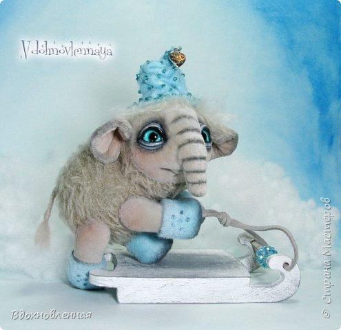 Представляю Вашему вниманию необычного слоненочка по имени Лаврик.  Лаврик невероятно ранимый и трогательный ребенок. Он очень маленький и  постоянно просится в мою ладонь, что бы в ней согреться и сладко поспать, пока он не придет его мама.  Изначально, я задумала сшить брошку в виде слона. Но я хотела сделать не просто брошку, а  что бы у слона были подвижны ножки и голова. Так и появился на свет этот чудесный ребенок.  Но  меня попросили убрать крепеж для брошки и Лаврик с удовольствием сел на саночки))  Детеныш слона Лаврик сшит из мохера для мишек тедди и ткани миништоф.  Шапка и валенки сшиты из фетра. Шапка расшита мелким бисером.  Ножки и голова крепятся на 5 шплинтах. фото 4