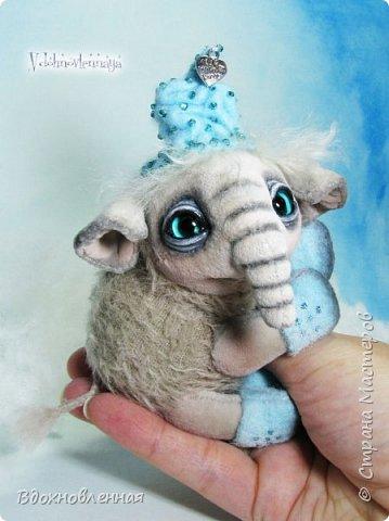 Представляю Вашему вниманию необычного слоненочка по имени Лаврик.  Лаврик невероятно ранимый и трогательный ребенок. Он очень маленький и  постоянно просится в мою ладонь, что бы в ней согреться и сладко поспать, пока он не придет его мама.  Изначально, я задумала сшить брошку в виде слона. Но я хотела сделать не просто брошку, а  что бы у слона были подвижны ножки и голова. Так и появился на свет этот чудесный ребенок.  Но  меня попросили убрать крепеж для брошки и Лаврик с удовольствием сел на саночки))  Детеныш слона Лаврик сшит из мохера для мишек тедди и ткани миништоф.  Шапка и валенки сшиты из фетра. Шапка расшита мелким бисером.  Ножки и голова крепятся на 5 шплинтах. фото 6