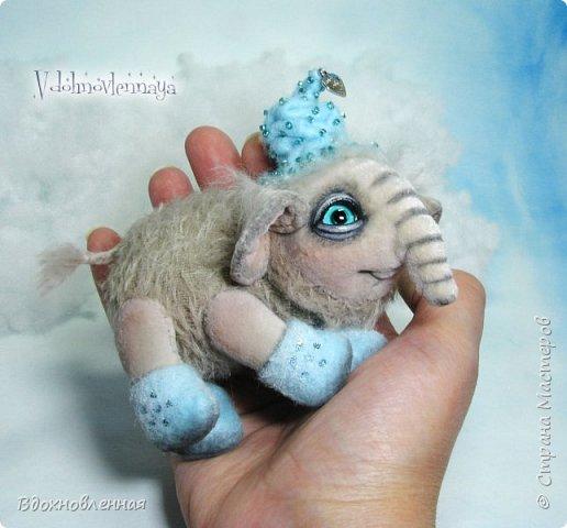 Представляю Вашему вниманию необычного слоненочка по имени Лаврик.  Лаврик невероятно ранимый и трогательный ребенок. Он очень маленький и  постоянно просится в мою ладонь, что бы в ней согреться и сладко поспать, пока он не придет его мама.  Изначально, я задумала сшить брошку в виде слона. Но я хотела сделать не просто брошку, а  что бы у слона были подвижны ножки и голова. Так и появился на свет этот чудесный ребенок.  Но  меня попросили убрать крепеж для брошки и Лаврик с удовольствием сел на саночки))  Детеныш слона Лаврик сшит из мохера для мишек тедди и ткани миништоф.  Шапка и валенки сшиты из фетра. Шапка расшита мелким бисером.  Ножки и голова крепятся на 5 шплинтах. фото 8