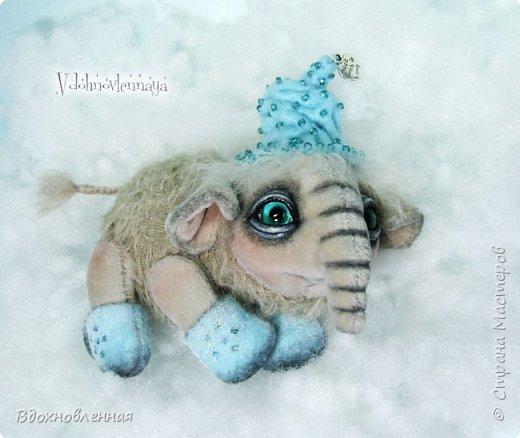 Представляю Вашему вниманию необычного слоненочка по имени Лаврик.  Лаврик невероятно ранимый и трогательный ребенок. Он очень маленький и  постоянно просится в мою ладонь, что бы в ней согреться и сладко поспать, пока он не придет его мама.  Изначально, я задумала сшить брошку в виде слона. Но я хотела сделать не просто брошку, а  что бы у слона были подвижны ножки и голова. Так и появился на свет этот чудесный ребенок.  Но  меня попросили убрать крепеж для брошки и Лаврик с удовольствием сел на саночки))  Детеныш слона Лаврик сшит из мохера для мишек тедди и ткани миништоф.  Шапка и валенки сшиты из фетра. Шапка расшита мелким бисером.  Ножки и голова крепятся на 5 шплинтах. фото 9