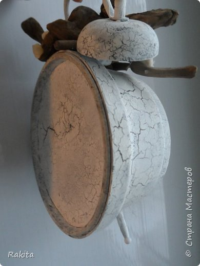 Здравствуйте всем! Валялся у меня старый будильник, давно валялся...и вот наконец родилась идея декора .  Уютная комната с камином и креслом-качалкой. Камин вырезан из картона, покрыт шпаклевкой, в очаге кирпичики из глины и натуральные угольки, решетка из проволоки. Ваза на камине из глины. Кресло из натуральной кожи и проволоки. Дровница из  проволоки. Ковер валяный из натуральной шерсти. Обои из хлопковой ткани.  фото 7
