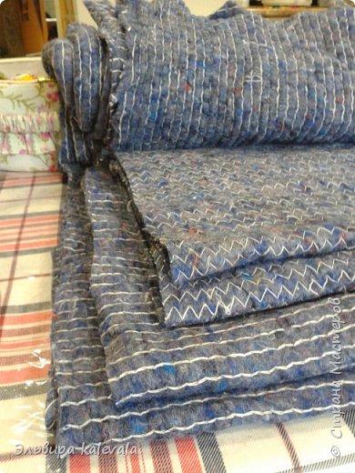 Долго думала, что сделать в подарок мальчику 11 лет. Решила: подушку. На готовую подушку надела старую футболку, обрезав по ширине (вместе с рукавами) и укоротив длину. Бока прошила на машинке, а низ подшивала на руках. фото 2