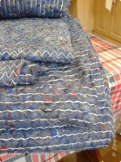 Долго думала, что сделать в подарок мальчику 11 лет. Решила: подушку. На готовую подушку надела старую футболку, обрезав по ширине (вместе с рукавами) и укоротив длину. Бока прошила на машинке, а низ подшивала на руках. фото 3
