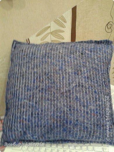 Долго думала, что сделать в подарок мальчику 11 лет. Решила: подушку. На готовую подушку надела старую футболку, обрезав по ширине (вместе с рукавами) и укоротив длину. Бока прошила на машинке, а низ подшивала на руках. фото 5