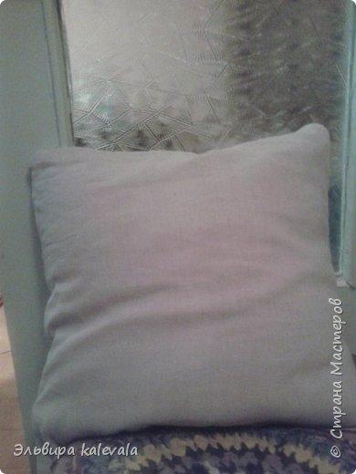 Долго думала, что сделать в подарок мальчику 11 лет. Решила: подушку. На готовую подушку надела старую футболку, обрезав по ширине (вместе с рукавами) и укоротив длину. Бока прошила на машинке, а низ подшивала на руках. фото 6