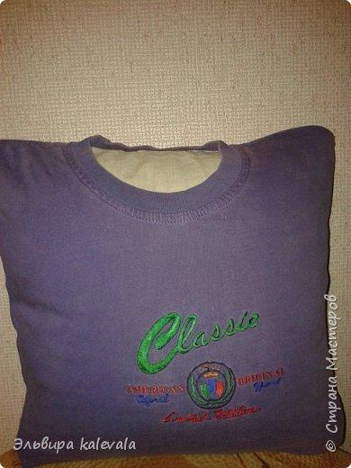 Долго думала, что сделать в подарок мальчику 11 лет. Решила: подушку. На готовую подушку надела старую футболку, обрезав по ширине (вместе с рукавами) и укоротив длину. Бока прошила на машинке, а низ подшивала на руках. фото 1
