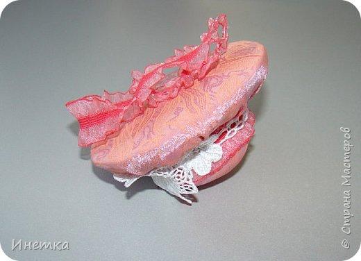 Игольницу делала из остатков ткани, тесьмы  и лент, с того, что было под рукой. )))  фото 2