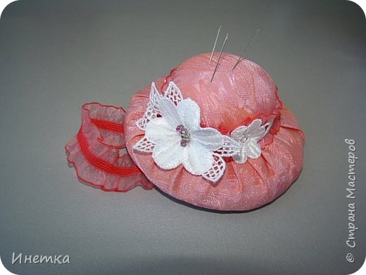 Игольницу делала из остатков ткани, тесьмы  и лент, с того, что было под рукой. )))  фото 4