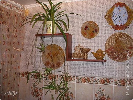 Здравствуйте! Короткое дополнение к материалу, который я показывала весной. Речь шла о  декорировании кухонной стены. Тогда я посетовала, что не хватает комнатных цветов. За лето  я вырастила для этой кухни хлорофитум, самые кухонные цветы. фото 8