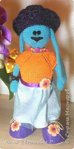 Закончила игрушку-развивашку для очень хорошенькой маленькой трехлетней девочки. Когда решала, какую игрушку-подарок сделать своими руками, увидела в интернете зайку-тильду. Идея очаровала меня и я принялась за дело. Не спрашивайте меня, почему Зайка бирюзового цвета. Не знаю… Так мне захотелось связать…  фото 8