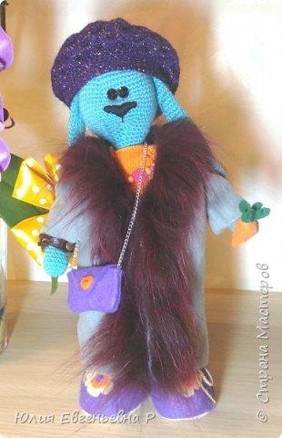 Закончила игрушку-развивашку для очень хорошенькой маленькой трехлетней девочки. Когда решала, какую игрушку-подарок сделать своими руками, увидела в интернете зайку-тильду. Идея очаровала меня и я принялась за дело. Не спрашивайте меня, почему Зайка бирюзового цвета. Не знаю… Так мне захотелось связать…  фото 10
