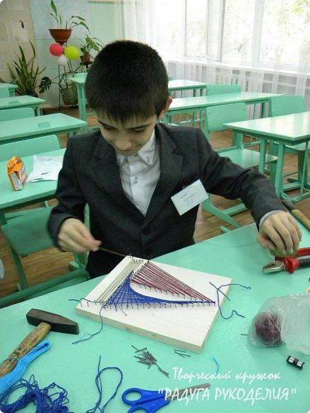 """Здравствуйте! Сегодня представляю вам урок №3 """"Картина """"Кораблик"""" в технике """"стринг-арт"""". Я этой техникой просто """"заболела"""", решила познакомить с ней детей. Называю ее """"поверхностной изонитью"""" (надеюсь, мастера в этом деле не забросают меня тапками))). Сначала на деревянной поверхности по заданному рисунку ребята набивали гвозди. В этой работе мы забивали гвозди на одинаковом уровне. Далее оплетаем нитями поверхность между гвоздями приемами, взятыми из """"изонити"""". В конечном итоге получается заполненный рисунок. фото 6"""