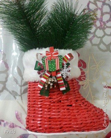 В прошлом году плела вот такие сапожки Деда Мороза. И в этом году так же поступают заказы на них.  уплелась ужо)))).   Фото было сделано поспешное. На данном этапе работа не была окончена декор еще впереди.  фото 1