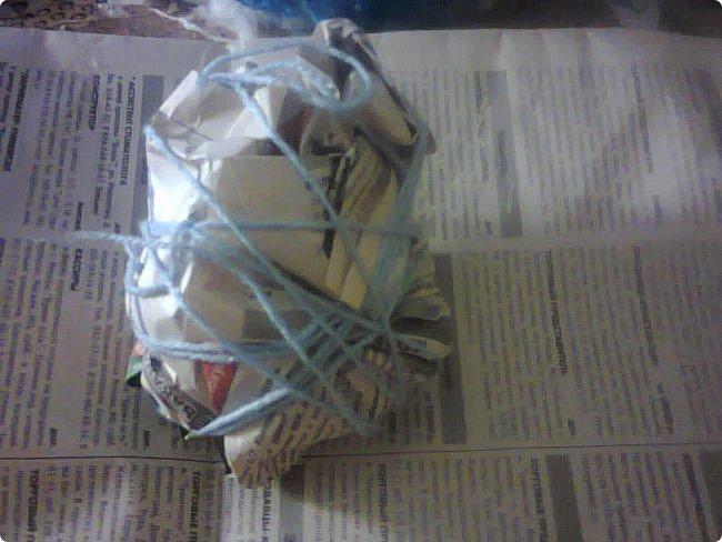 Ну, начнём.. Нам понадобятся: вата, крахмал, вода, проволока, пластиковая бутылка (1,5л), краска акриловая желаемого цвета, газеты, глиттер серебряного цвета, плотный картон для подставки, кисточки, ножницы, деревянные палочки (у меня это палочки для суши, благо этого добра дома полно - рядом закрывался караоке-бар и они выкинули целую коробку новых палочек в упаковках, а сын домой это приволок. Теперь у всех наших друзей и родственников куча таких палочек! Будет совет по их применению - с удовольствием приму!) и самое главное из материалов - РУКИ! фото 20