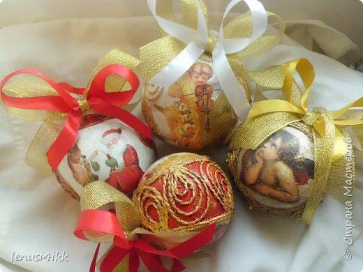 Обожаю Новый год .У меня были старые советские шарики,которые выглядели уже не очень,краска местами облупилась.Решила их обновить и вот что получилось. фото 1