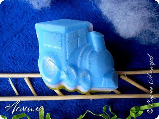 Всем доброго времени суток!!! Очень радостно делать мыльце для малышей. В первую очередь потому, что они не ставят мыло на полочку, как взрослые. Мыло сразу обследуется на запах, твёрдость (иногда -на вкус) и проверяется в действии )). фото 1