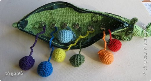 Связала для внучатой племянницы вот такою штучку. Зеленый горошек, с радужными горошинами фото 4