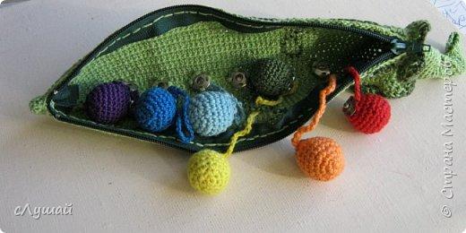 Связала для внучатой племянницы вот такою штучку. Зеленый горошек, с радужными горошинами фото 3
