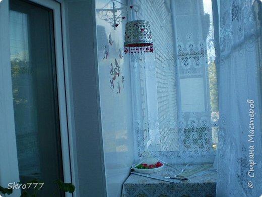 Окно в кухне. Подхваты- пряжка из картона с фольгой,штора зафиксирована обычной одноразовой ложкой Прикольно и в кухонном стиле фото 8