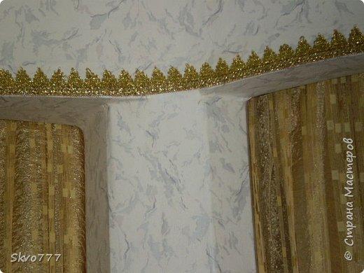 Окно в кухне. Подхваты- пряжка из картона с фольгой,штора зафиксирована обычной одноразовой ложкой Прикольно и в кухонном стиле фото 5
