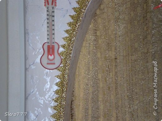 Окно в кухне. Подхваты- пряжка из картона с фольгой,штора зафиксирована обычной одноразовой ложкой Прикольно и в кухонном стиле фото 4
