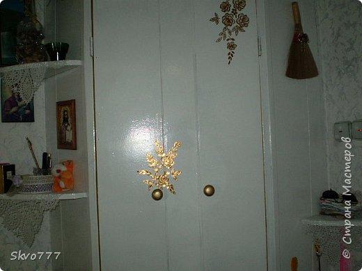 Окно в кухне. Подхваты- пряжка из картона с фольгой,штора зафиксирована обычной одноразовой ложкой Прикольно и в кухонном стиле фото 3