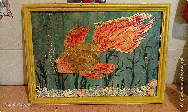 Вот моя золотая рыбка, правда она опять уплыла к сыну в школу. Использовали монетки по 10 копеек, гуашь, ракушки. Низ картины промазали клеем и обсыпали крупой.