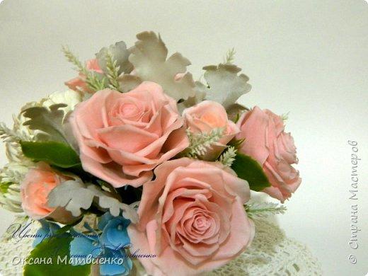 """Интерьерная композиция """"Soft pink"""".Нежные,пудровые розы,небесного цвета гортензия,резные листья цинеррарии и роскошная хризантема.Великолепно украсит любой интерьер или станет оригинальным подарком. Полностью ручная работа. Букетик закреплен в красивой керамиеской вазе. фото 1"""