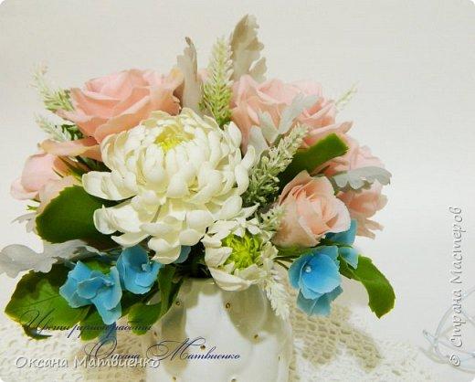 """Интерьерная композиция """"Soft pink"""".Нежные,пудровые розы,небесного цвета гортензия,резные листья цинеррарии и роскошная хризантема.Великолепно украсит любой интерьер или станет оригинальным подарком. Полностью ручная работа. Букетик закреплен в красивой керамиеской вазе. фото 2"""