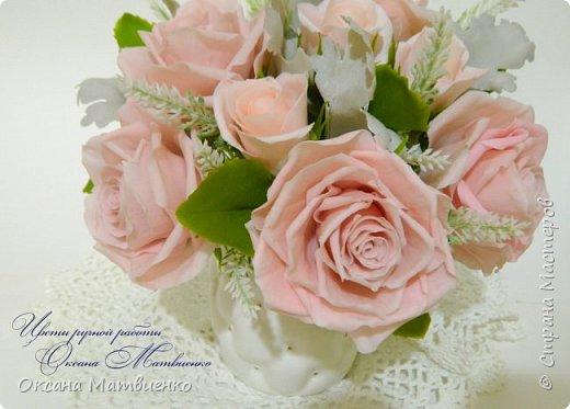 """Интерьерная композиция """"Soft pink"""".Нежные,пудровые розы,небесного цвета гортензия,резные листья цинеррарии и роскошная хризантема.Великолепно украсит любой интерьер или станет оригинальным подарком. Полностью ручная работа. Букетик закреплен в красивой керамиеской вазе. фото 4"""