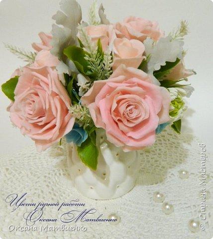 """Интерьерная композиция """"Soft pink"""".Нежные,пудровые розы,небесного цвета гортензия,резные листья цинеррарии и роскошная хризантема.Великолепно украсит любой интерьер или станет оригинальным подарком. Полностью ручная работа. Букетик закреплен в красивой керамиеской вазе. фото 6"""