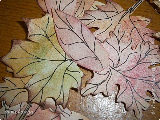 Сегодня я с шоколадницей.Вдохновитель тут http://stranamasterov.ru/node/1057689?c=favorite . Верх открытки сделан без применения фигурных дыроколов.Шаблоны листочков взяла в интернете: клен-3-х видов+самодельные цветы из бумаги для рисования. Штампик -поздравление,стразы, деревянная пуговица. фото 3