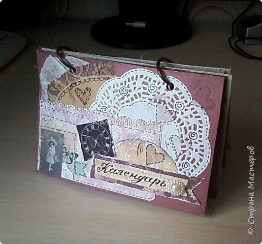 Почти год, как этот календарь прослужил мне верой и правдой)) Странички сделаны из обычного цветного картона размером1/4 листа А4. Это обложка. Переворачиваем... фото 1