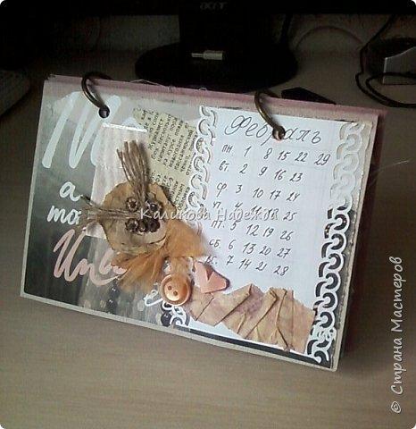 Почти год, как этот календарь прослужил мне верой и правдой)) Странички сделаны из обычного цветного картона размером1/4 листа А4. Это обложка. Переворачиваем... фото 3