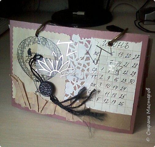 Почти год, как этот календарь прослужил мне верой и правдой)) Странички сделаны из обычного цветного картона размером1/4 листа А4. Это обложка. Переворачиваем... фото 7