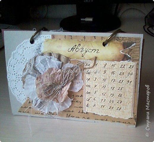 Почти год, как этот календарь прослужил мне верой и правдой)) Странички сделаны из обычного цветного картона размером1/4 листа А4. Это обложка. Переворачиваем... фото 9