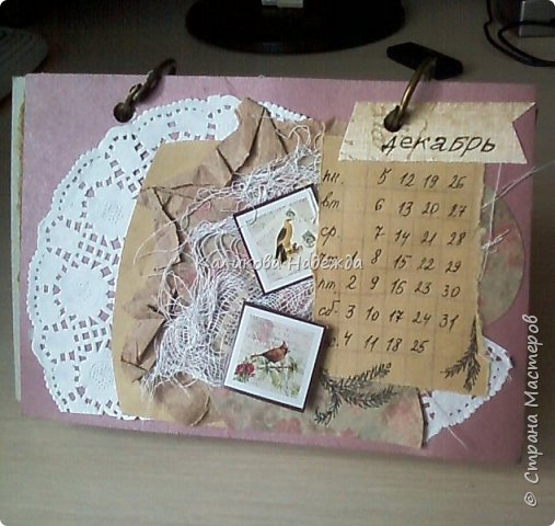 Почти год, как этот календарь прослужил мне верой и правдой)) Странички сделаны из обычного цветного картона размером1/4 листа А4. Это обложка. Переворачиваем... фото 13