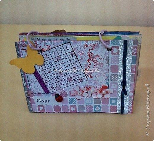 Почти год, как этот календарь прослужил мне верой и правдой)) Странички сделаны из обычного цветного картона размером1/4 листа А4. Это обложка. Переворачиваем... фото 18