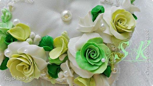 Восхитительная и очень нежная подушечка для колец для самой красивой и не забываемой свадьбы.Подушечка сшита из белоснежного атласа и оформлена цветами ручной работы ,каждый цветочек выполнен с любовью. фото 4