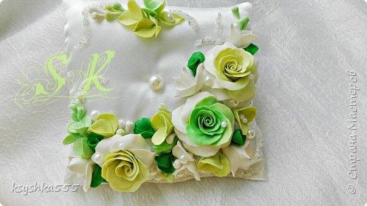 Восхитительная и очень нежная подушечка для колец для самой красивой и не забываемой свадьбы.Подушечка сшита из белоснежного атласа и оформлена цветами ручной работы ,каждый цветочек выполнен с любовью. фото 5