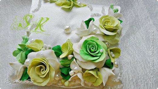 Восхитительная и очень нежная подушечка для колец для самой красивой и не забываемой свадьбы.Подушечка сшита из белоснежного атласа и оформлена цветами ручной работы ,каждый цветочек выполнен с любовью. фото 1
