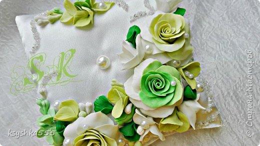 Восхитительная и очень нежная подушечка для колец для самой красивой и не забываемой свадьбы.Подушечка сшита из белоснежного атласа и оформлена цветами ручной работы ,каждый цветочек выполнен с любовью. фото 2