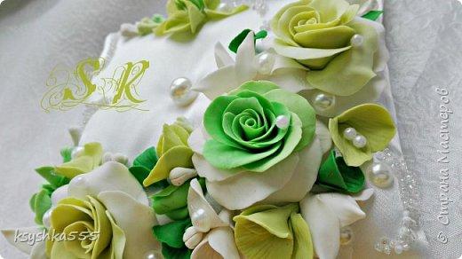 Восхитительная и очень нежная подушечка для колец для самой красивой и не забываемой свадьбы.Подушечка сшита из белоснежного атласа и оформлена цветами ручной работы ,каждый цветочек выполнен с любовью. фото 3