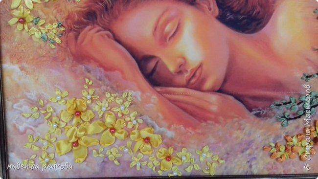 """Добрый день всем кто заглянул ко мне!Приглашаю к просмотру новой картины"""" Спящая красавитца"""".выполнена на атласе в рамке темного золота.Вышита атласными лентами,украшена бусами и стразами.Размер А3 фото 2"""