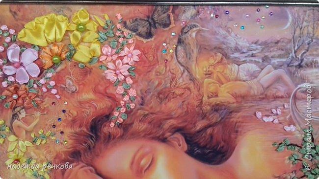 """Добрый день всем кто заглянул ко мне!Приглашаю к просмотру новой картины"""" Спящая красавитца"""".выполнена на атласе в рамке темного золота.Вышита атласными лентами,украшена бусами и стразами.Размер А3 фото 4"""