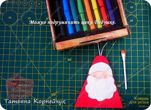 Что подарить, как оформить подарок? Вопросы, которые мучают всех нас. И Новый год не будет исключением.Все чаще вместо подарка мы стали дарить деньги, а вот как их красиво вручить, не всегда можем сообразить. Предлагаю небольшой мастер - класс по изготовлению новогодней подарочной упаковки. Если у Вас нет фоамирана, сшейте упаковку из фетра.  Всем веселого Нового года! фото 15