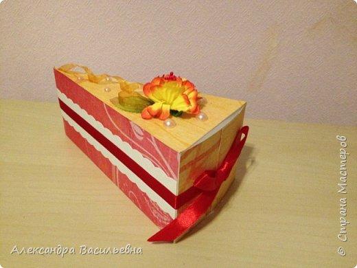 Торт из бумаги с подарками и поздравлениями внутри. Делала на заказ. Диаметр 40 см. Один из кусочком объединил в себе 4 куска- туда влез целый клатч!  фото 3